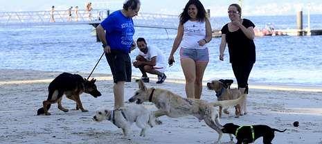 Propietarios de perros se manifestaron para exigir al Concello que cumpliera el compromiso de habilitar la playa de Torralla.