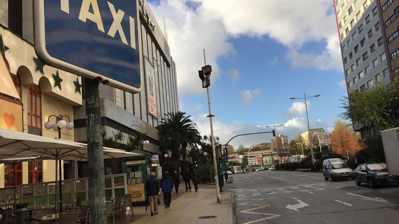 Parada de taxis vacía cerca de El Corte Inglés en A Coruña