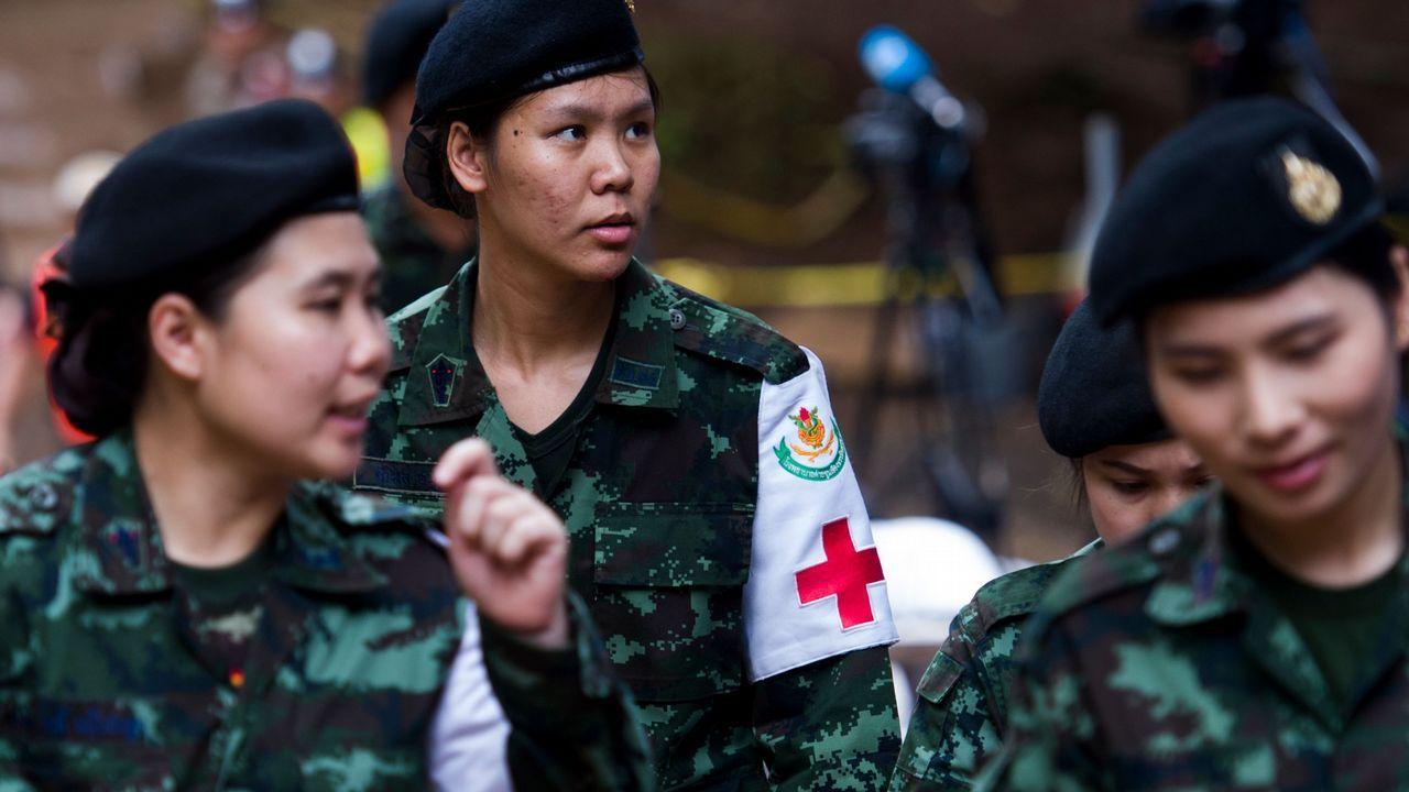 La prensa tailandesa cubriendo la operación de rescate.