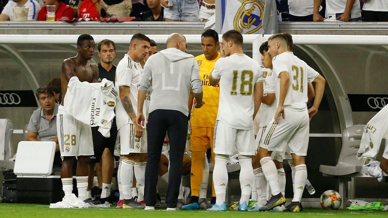 Javi Hernandez Real Madrid.Javi Hernández escucha las consignas de Zidane en el amistoso ante el Bayern de Múnich