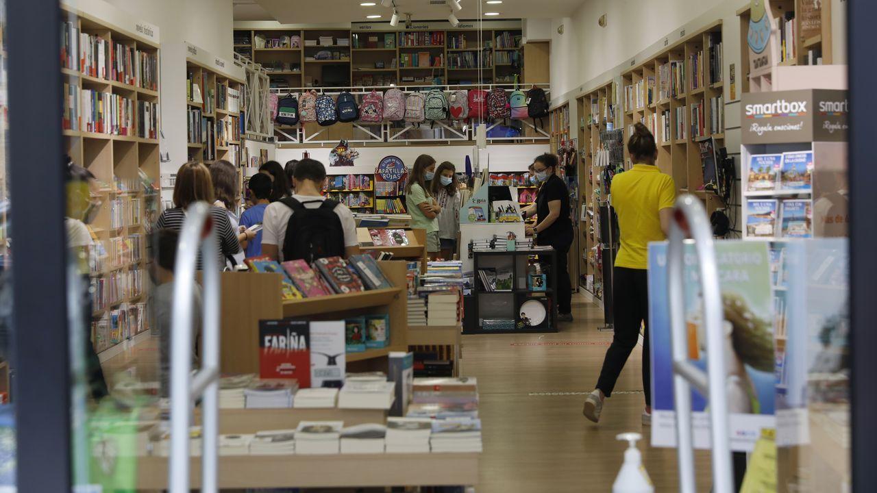 Colas en la librería Nobel
