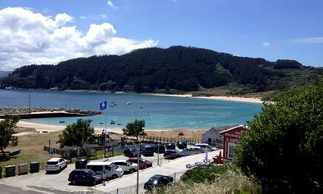 Vista del Porto de Bares, donde se izó el sábado la enseña azul que reconoce la calidad del arenal.