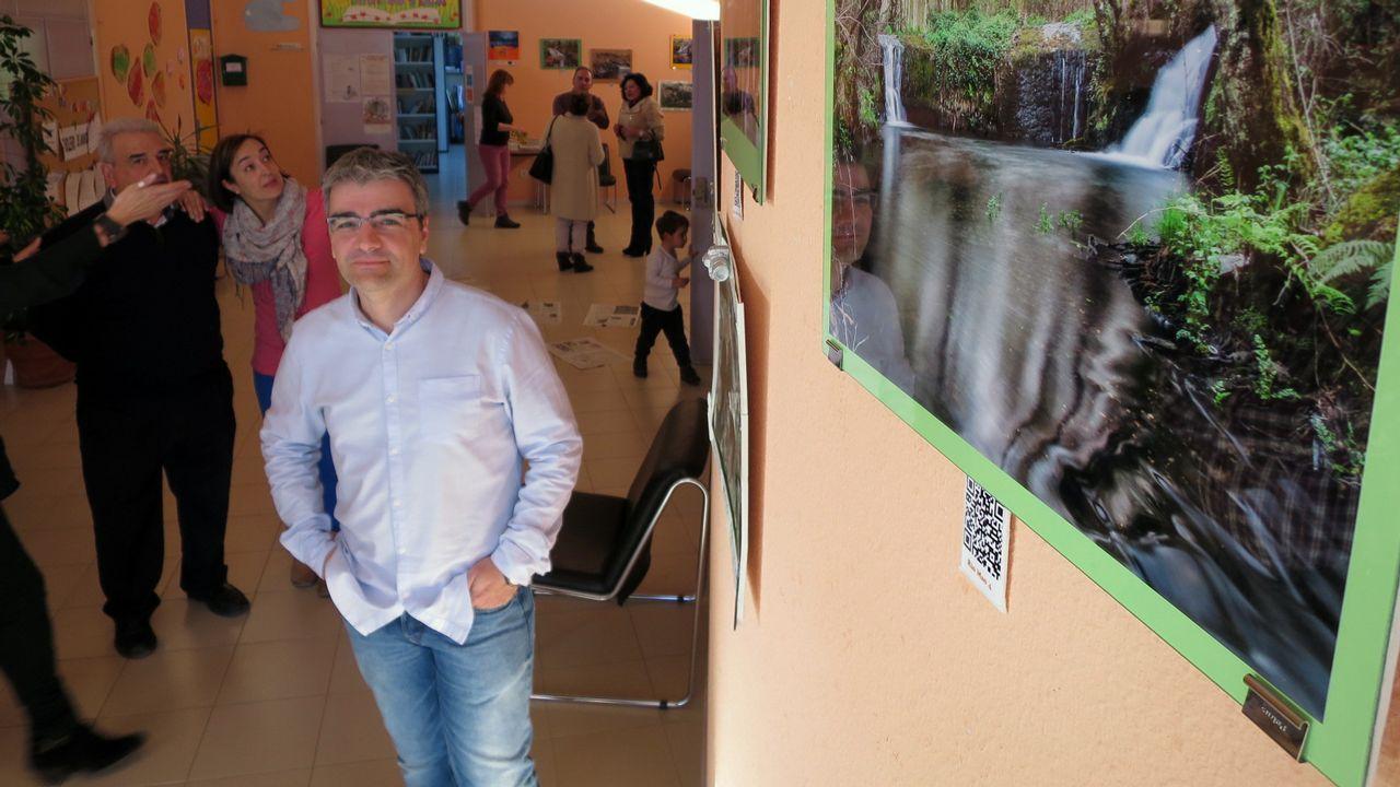 José Camilo López nunha exposición de fotografía de natureza que presentou anteriormente en Bóveda