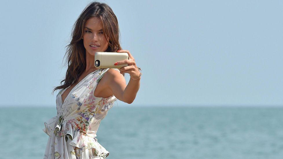 La top model brasileña Alessandra Ambrosio posa a su llegada al Lido