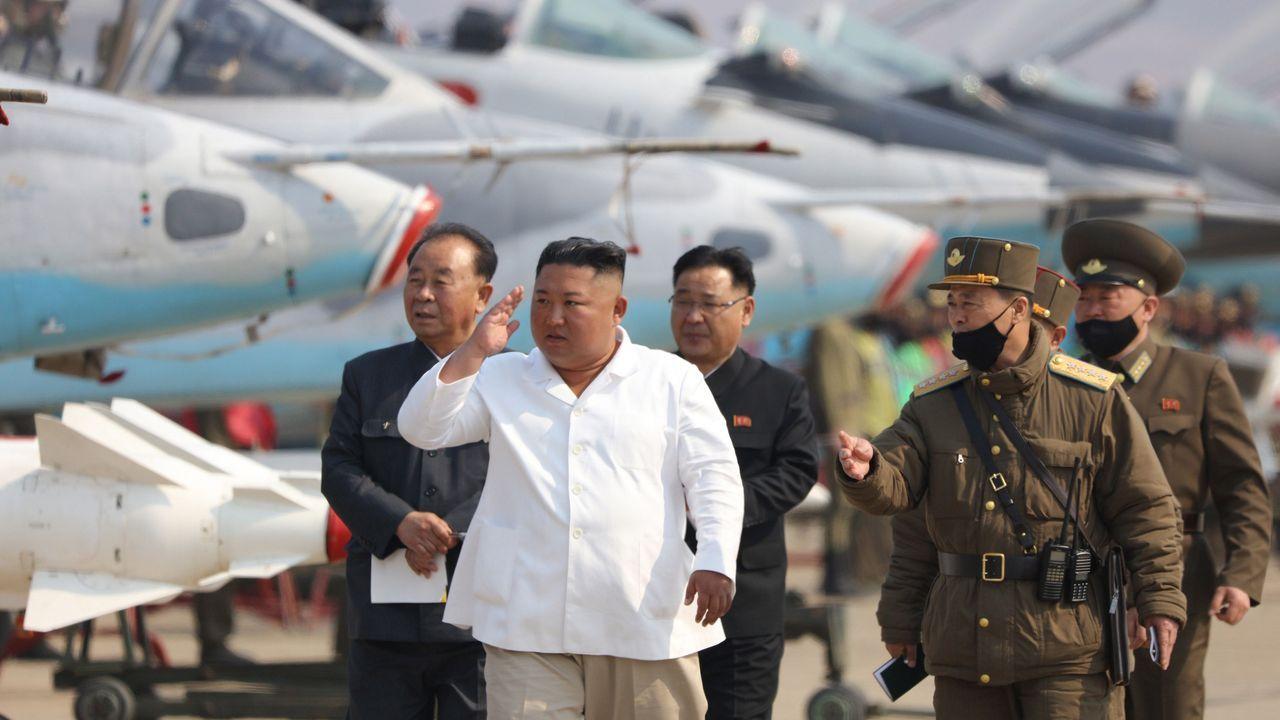 Exámenes al aire libre en Corea del Sur.Kim Jong-un inspecciona una unidad de defensa aérea, que la agencia oficial del régimen fecha el 12 de abril