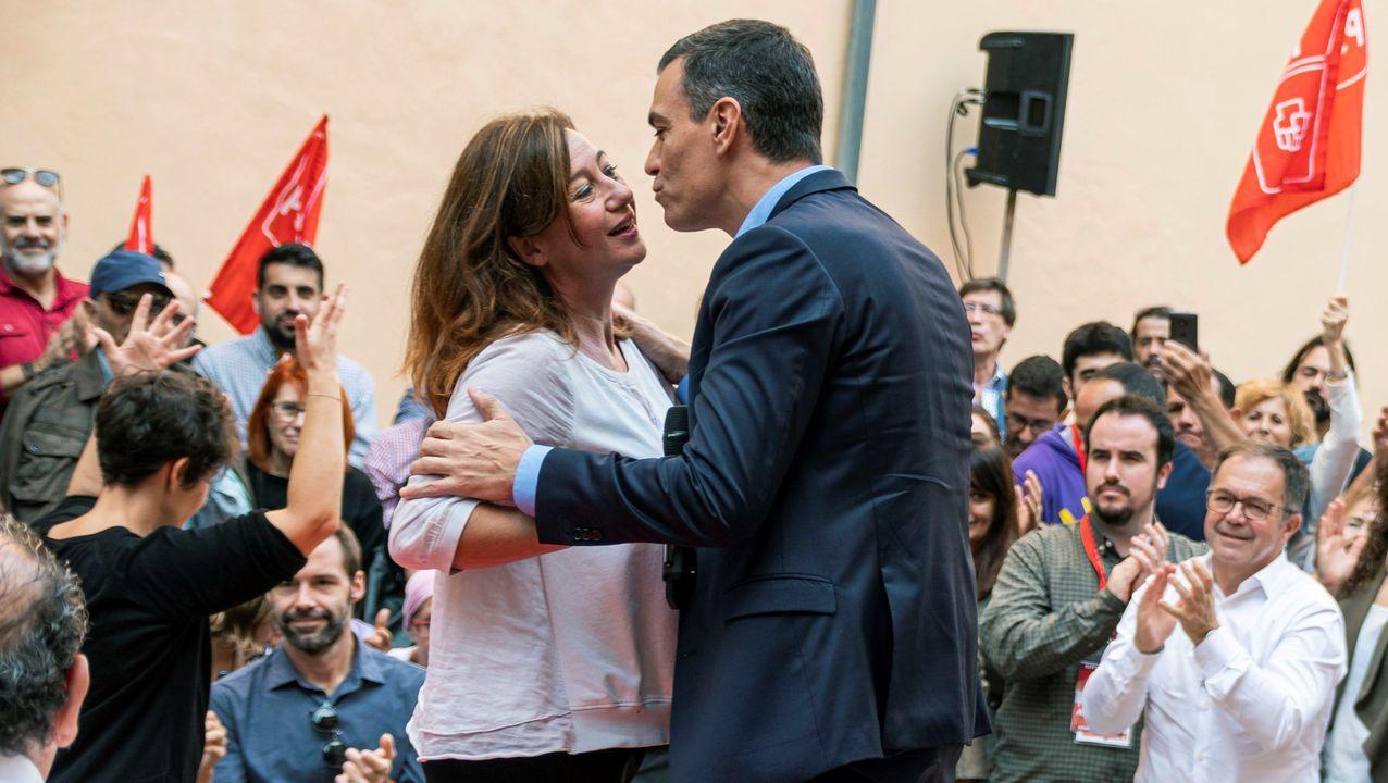 Pedro Sánchez saluda a la presidenta de Baleares, Francina Armengol, antes de ofrecer un mitin este miércoles en Palma de Mallorca