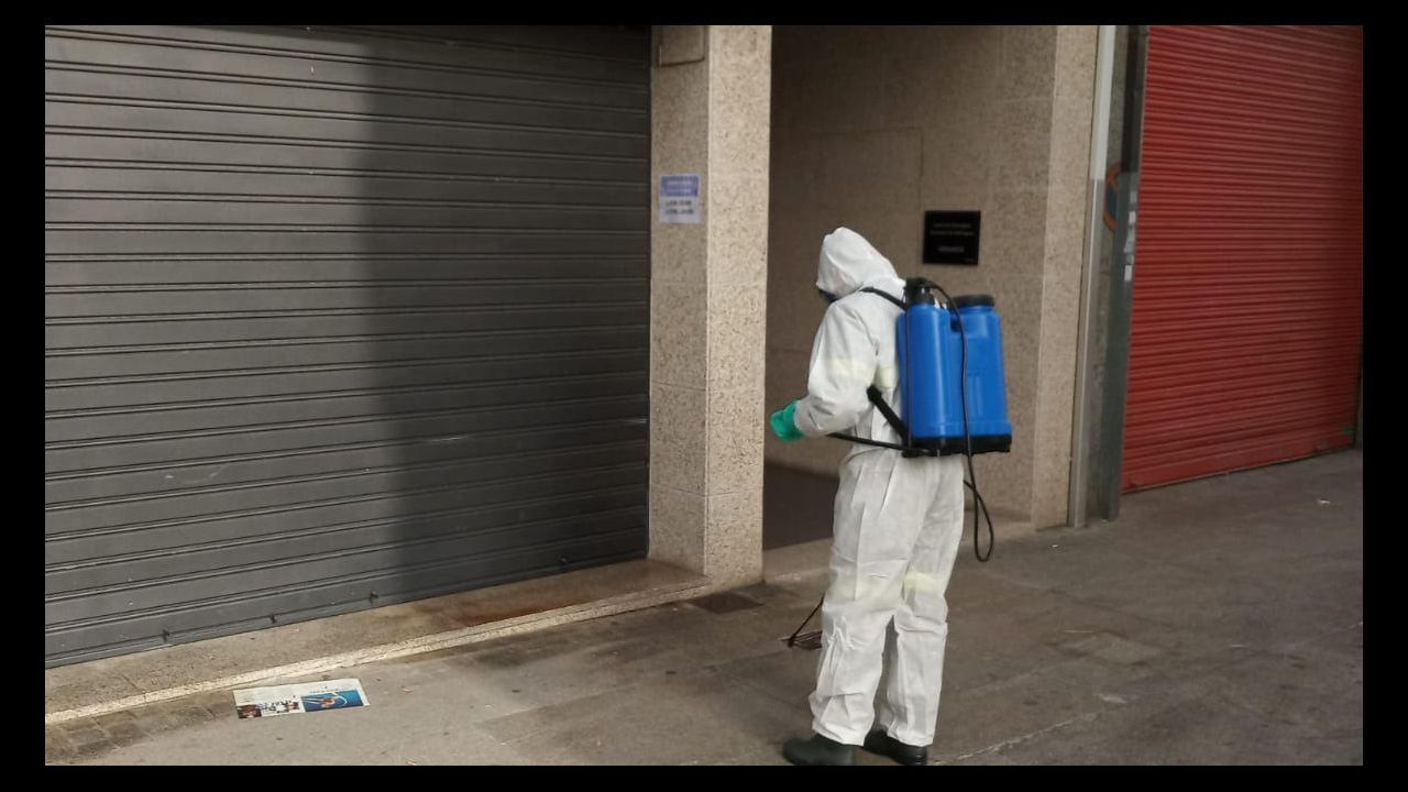 Las fuertes lluvias provocan pequeñas inundaciones en el centro de Verín.Protección Civil desinfectando centros públicos, como entrada a súper y tiendas de alimentación, en Celanova