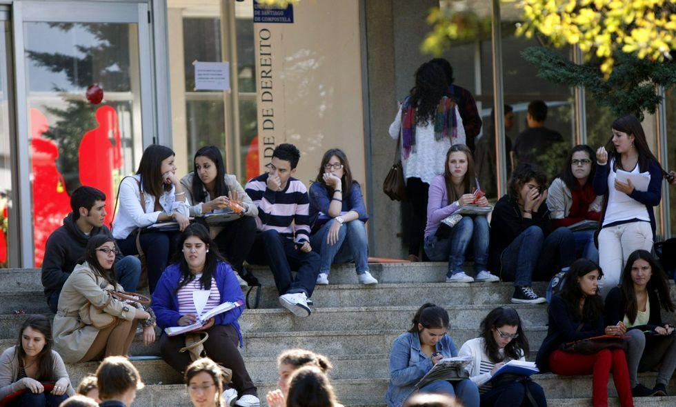 Los rectores de las Universidades gallegas, junto al conselleiro de Educación, Román Rodríguez (segundo por la izquieda), durante una reunión del Consello Galego de Universidades celebrada en octubre del 2015