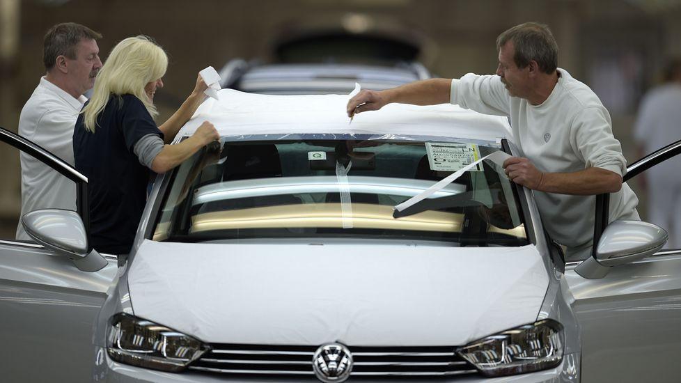 Un día de 25 horas ¿por qué?.Trabajadores en una planta de Volkswagen