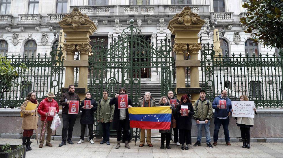 Venezuela se echa a la calle para reclamar elecciones libres. Una quincena de personas, entre los que se encontraban dirigentes de IU y Podemos Asturies, se han manifestado este viernes frente al parlamento regional en defensa del Gobierno de Nicolás Maduro