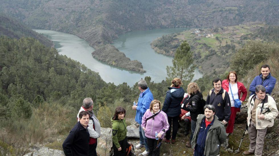 Melón sigue esperando por la rehabilitación del monasterio.Caminata por Torbeo organizada hace unos años por la Diputación de Lugo, al fondo, el meandro del Sil en A Cubela