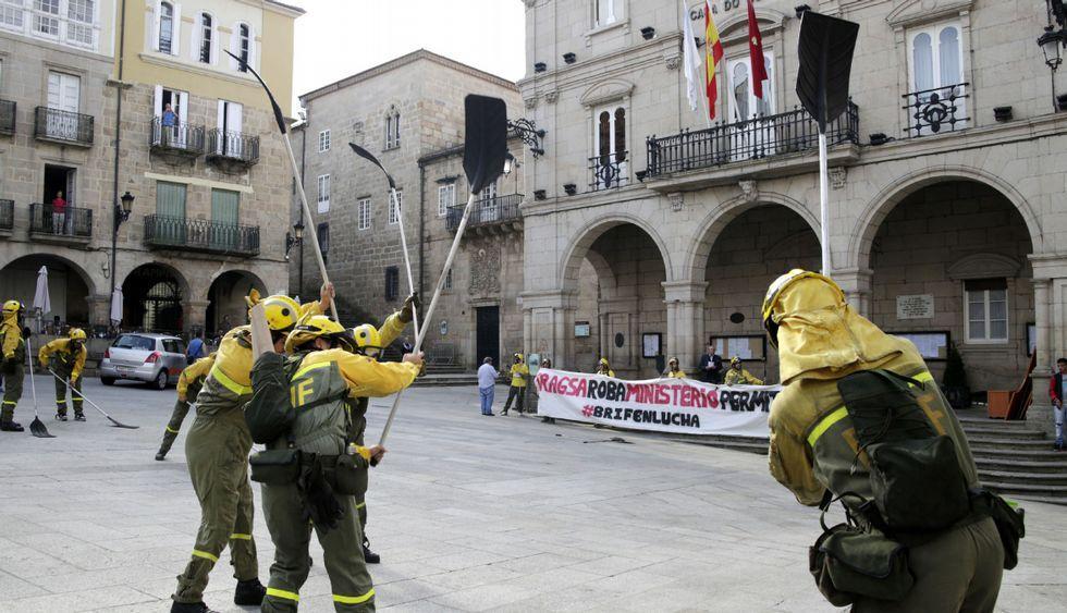 Una treintena de trabajadores hizo sonar sus bate-fuegos frente al Concello de Ourense.