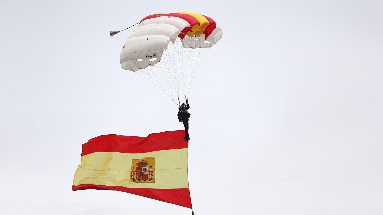Felipe VI saluda al paracaidista accidentado