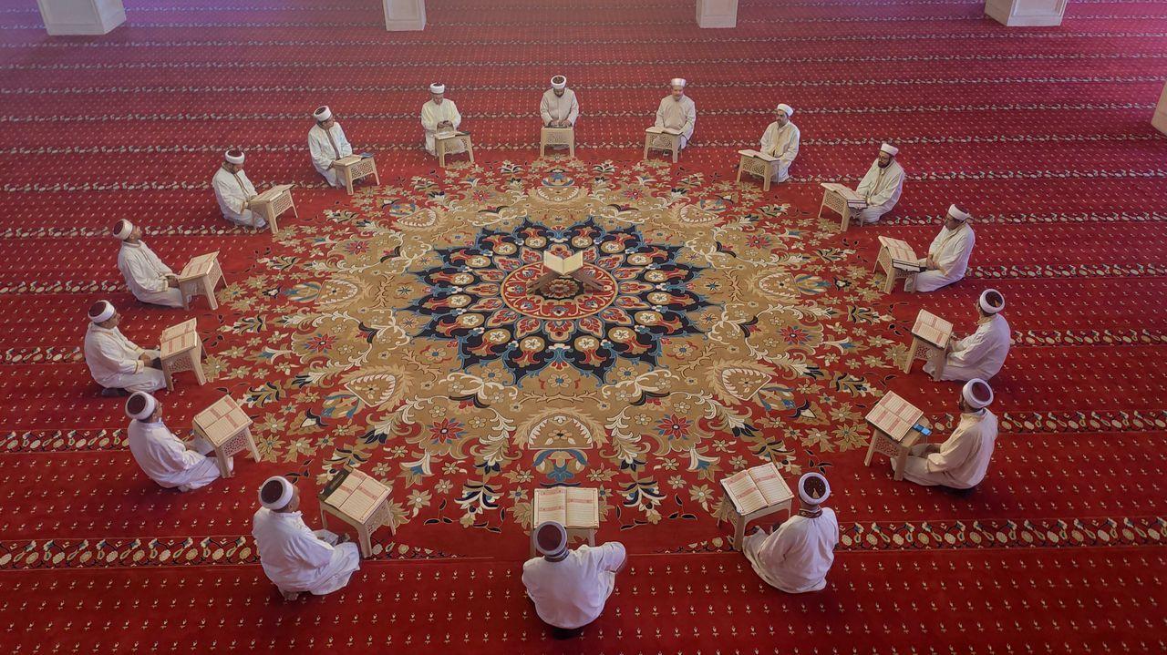 Rezo musulmán guardando las distancia en la mezquita de Mardin