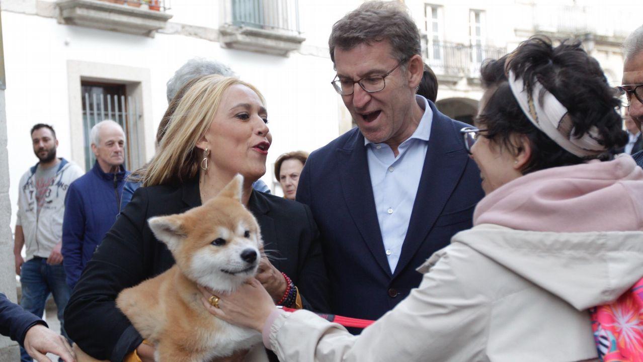 Abel Caballero, con miembros de su candidatura, en la visita a la plaza de América del 23 de mayo, una de las que motivan la sanción