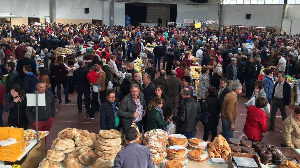 Las imágenes de la Feira de Santos de personas.Malasombra ofrece un concierto en el Club Clavicembalo