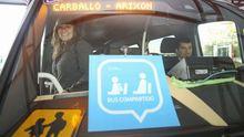 Imagen de archivo de la primera pasajera que usó el bus compartido en Carballo en el 2017