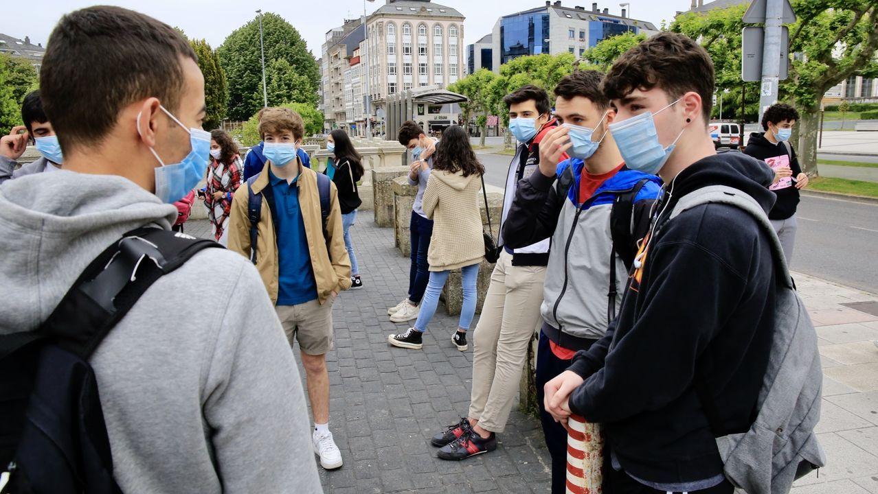 Los estudiantes, con mascarilla, se reencontraron a las puertas del IES Ollos Grandes de Lugo