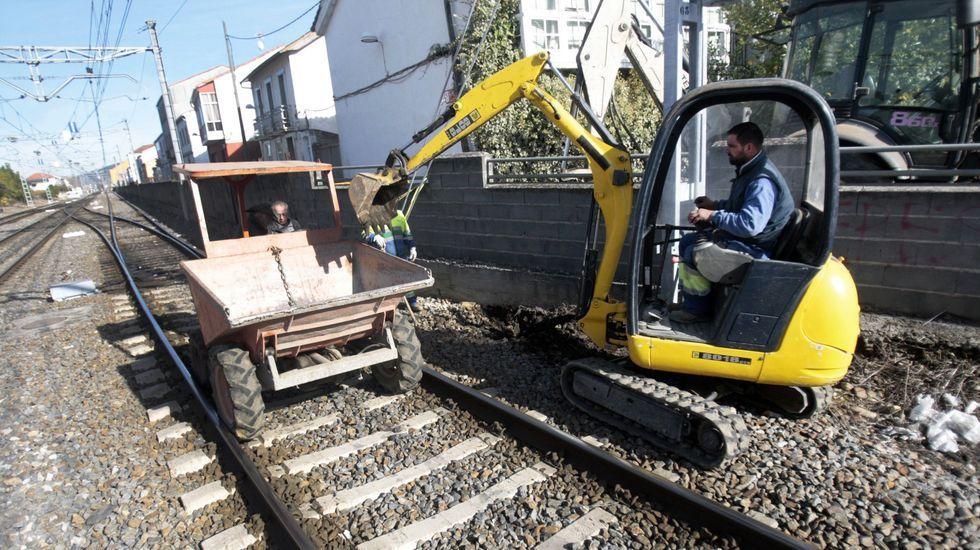 La rotura que provocó el corte de agua se produjo en un tramo de tubería que pasa bajo la vía del tren