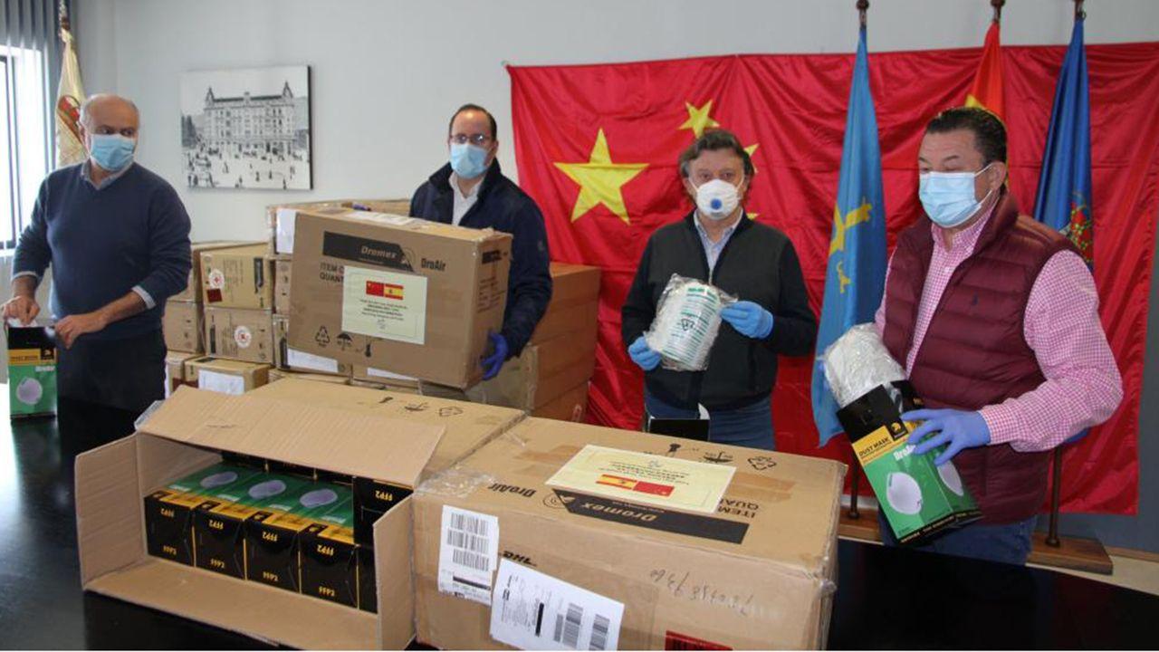 Los concejales con las cajas de mascarillas llegadas de China.