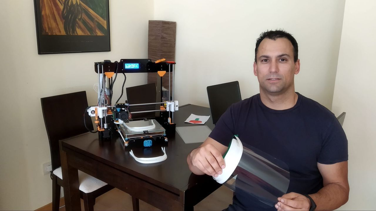 Telmo López, junto a su impresora 3D.