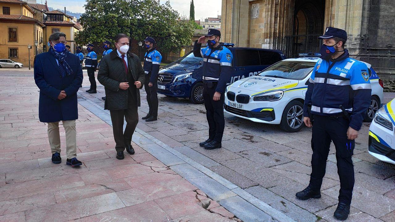 El alcalde de Oviedo, Alfredo Canteli, y el concejal de Seguridad Ciudadana, José Ramón Prado, saludan a los nuevos policías locales que se incorporan al servicio de Policía de Barrio