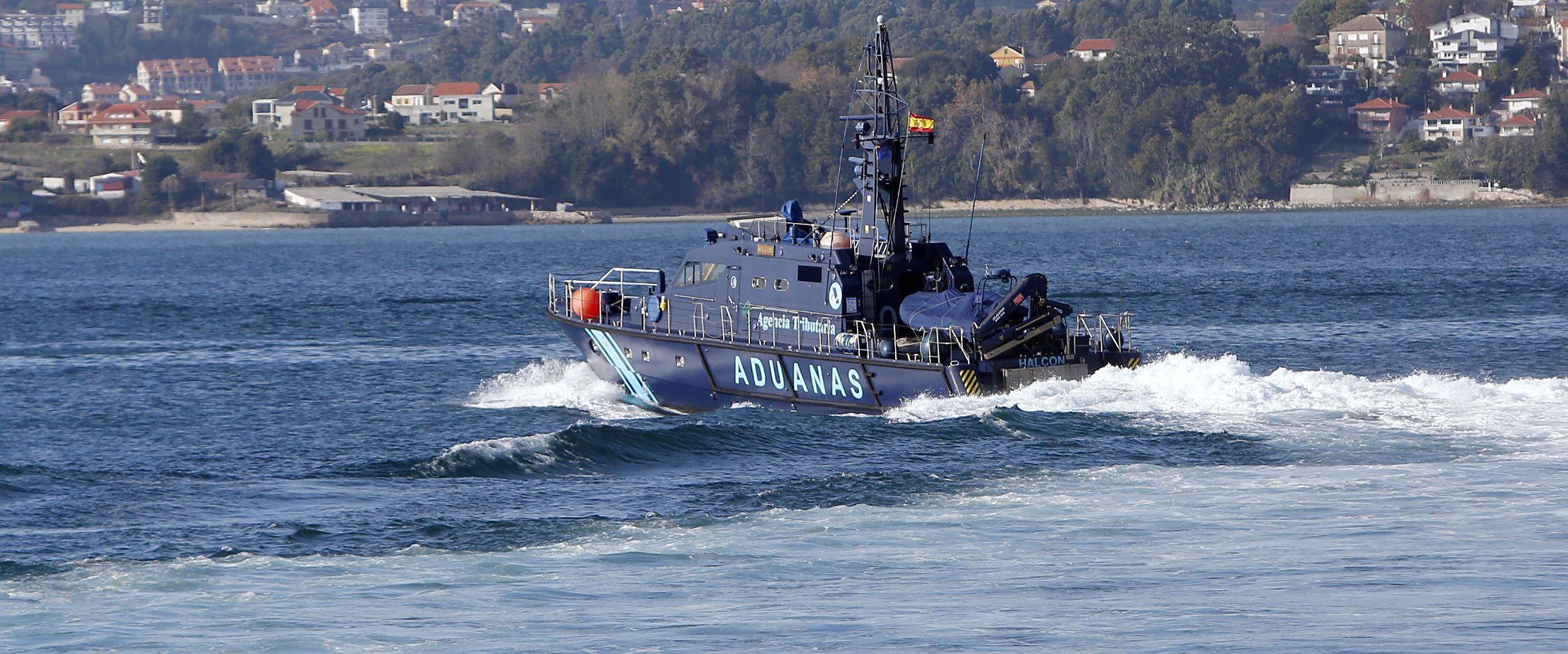 Incendió en Bande con un herido.Patrullera del Servicio de Vigilancia Aduanera recorriendo la ría de Vigo