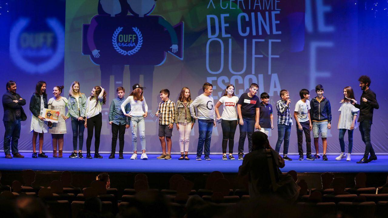Alumnos del Colexio María Assumpta recogen el premio por  Luki cap