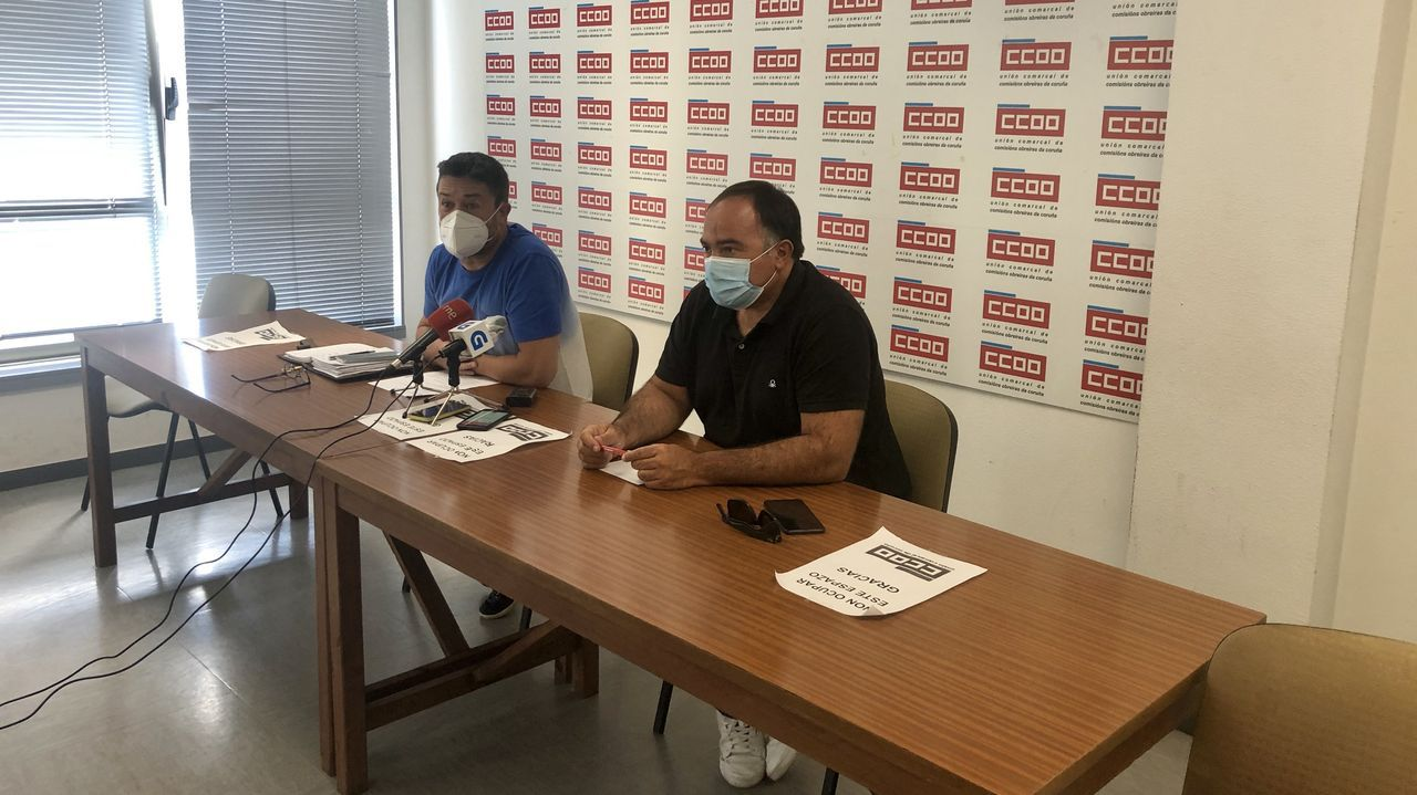 Juan Carlos López Corbacho, presidente del comité de empresa de Alu Ibérica, y Víctor Ledo, secretario general de la Federación de Industria de CC.OO. de Galicia, en rueda de prensa