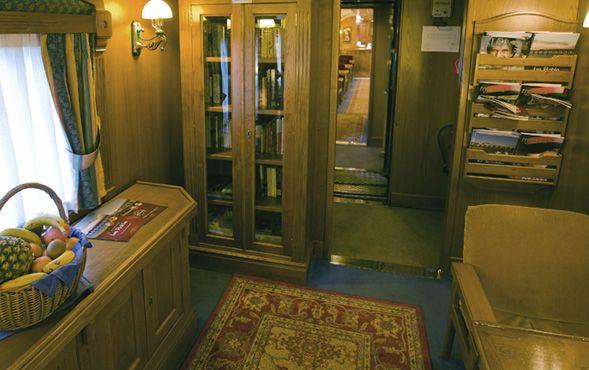 Un salón de lectura para uso de los viajeros