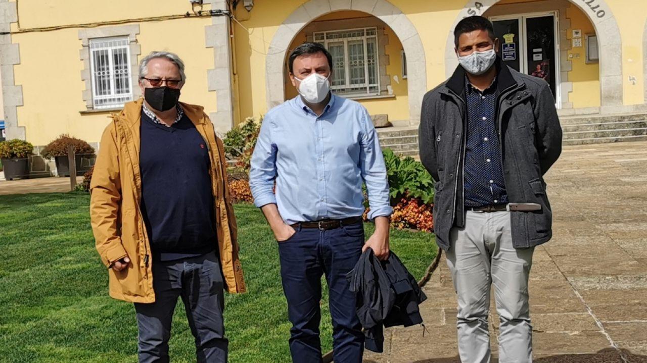 udc.El alcalde de As Pontes, flanqueado por los investigadores Ricardo García Mira (izquierda), de la Universidade da Coruña, y el hindú Nachatter Singh