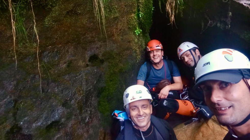 Un recorrido visual por la ruta de A Cubela.Participantes en el encuentro de O Courel, en el barranco del río Carballido