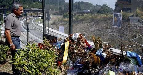 Familia.Cristóbal, ayer en la curva de Angrois en la que descarriló el Alvia en el que iba como pasajero de camino a Santiago.