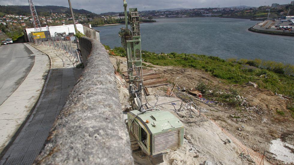 Zona de perforación del túnel para el tren al puerto exterior en A Graña, tras la paralización de los trabajos el pasado lunes