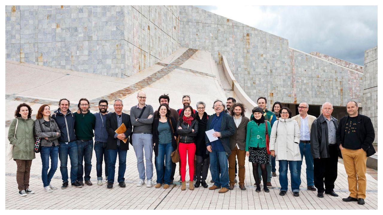 Alberto Corazón, con los miembros de la Asociación Galega do Deseño, en la Cidade da Cultura, en el 2014. También estaba Enric Satué