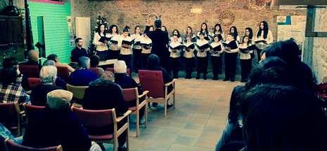 La Escolanía de la Catedral repitió el concierto de Navidad ayer en la residencia de mayores de O Castro.