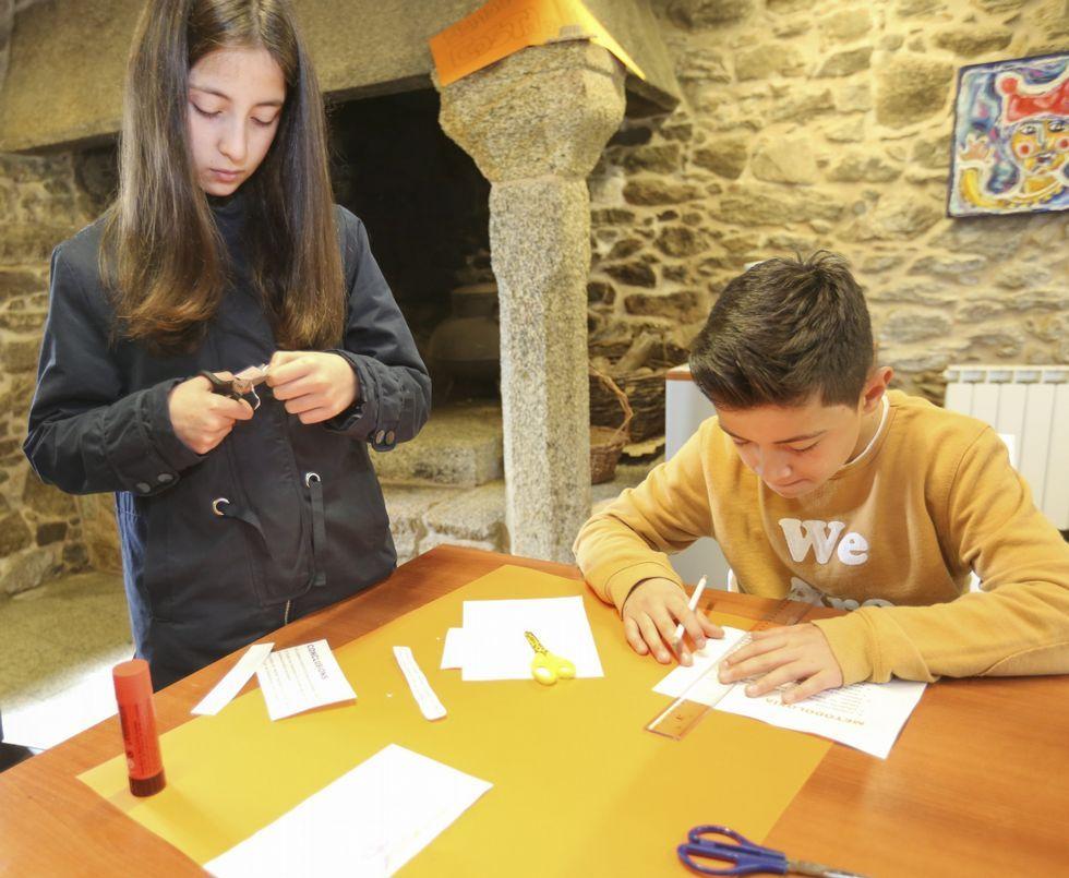 <span lang= gl >Á esquerda, reunión do banco de sementes do Couto; á dereita, nenos das aulas científico-tecnolóxicas, traballando</span>