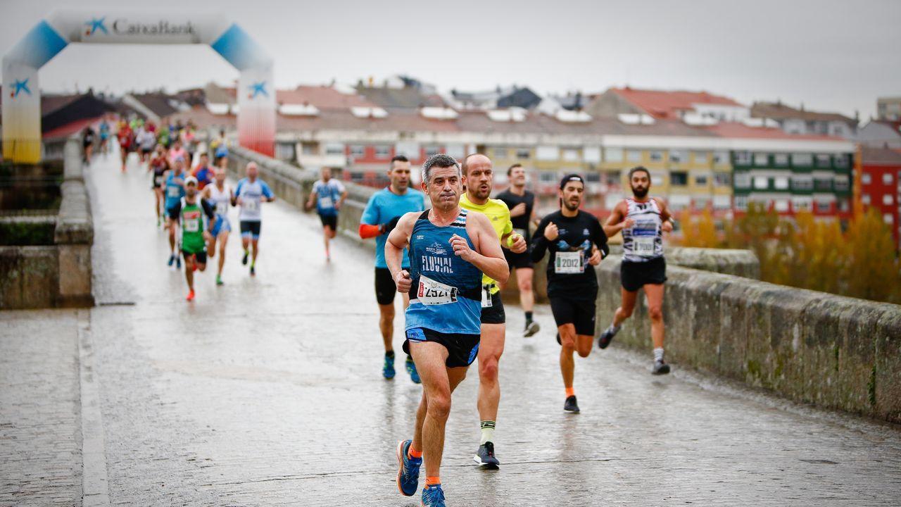 Búscate en el multitudinario pelotón de la San Martiño.Miles de atletas recorrieron las calles de Ourense en la clásica atlética de otoño