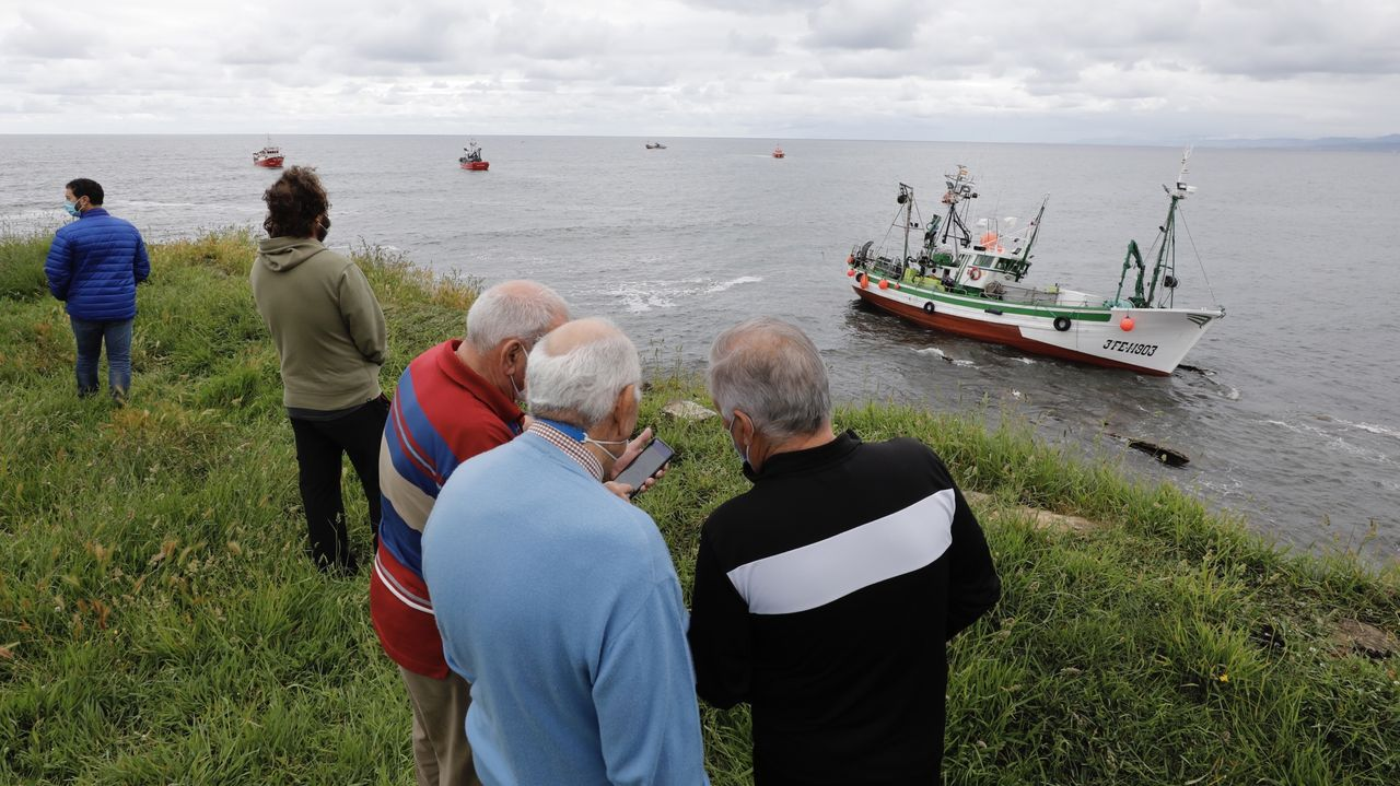 El intento de reflotamiento del Virxe dos Milagros genera expectación y muchos vecinos lo siguen desde la costa