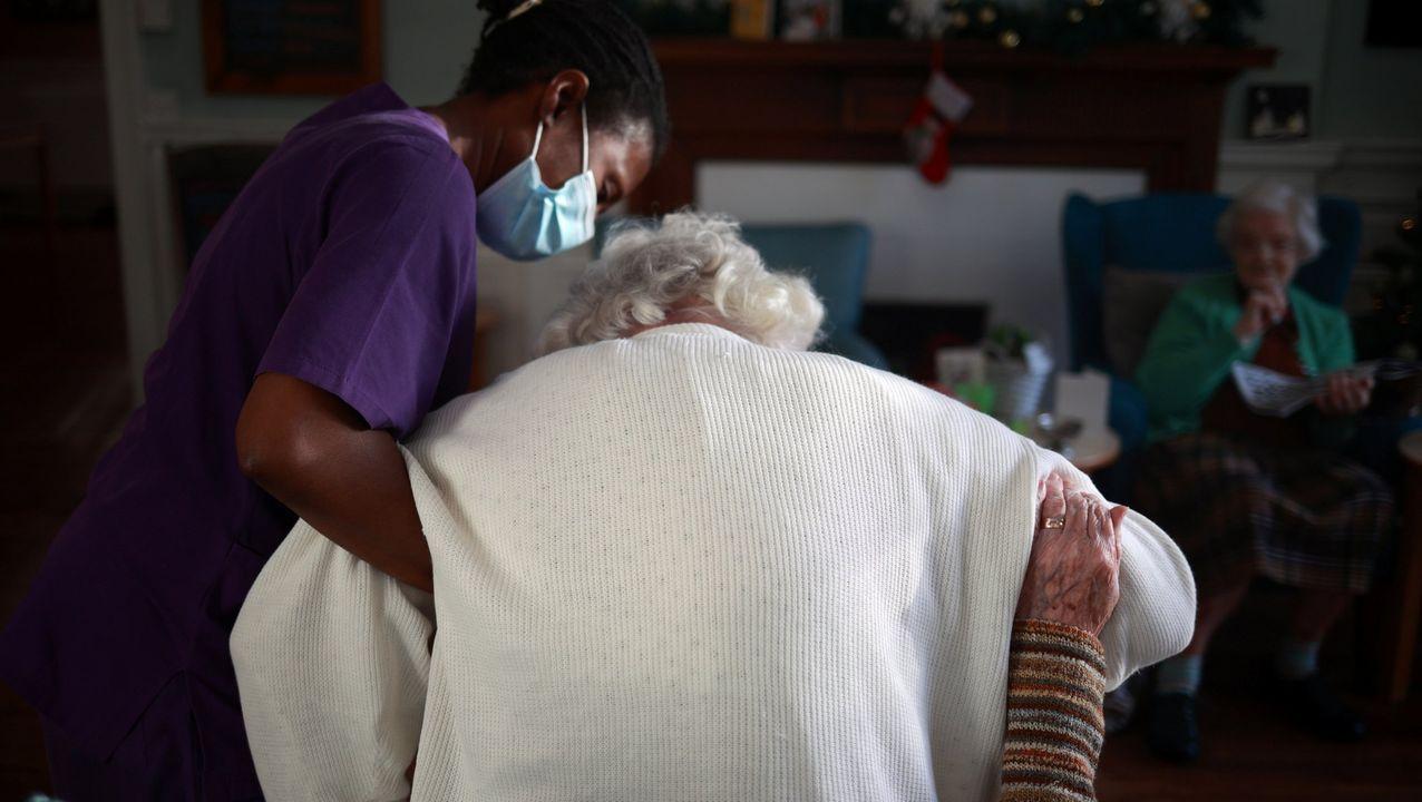Una trabajadora de un centro de mayores de Wimbledon, Londres, atiende a una de las residentes