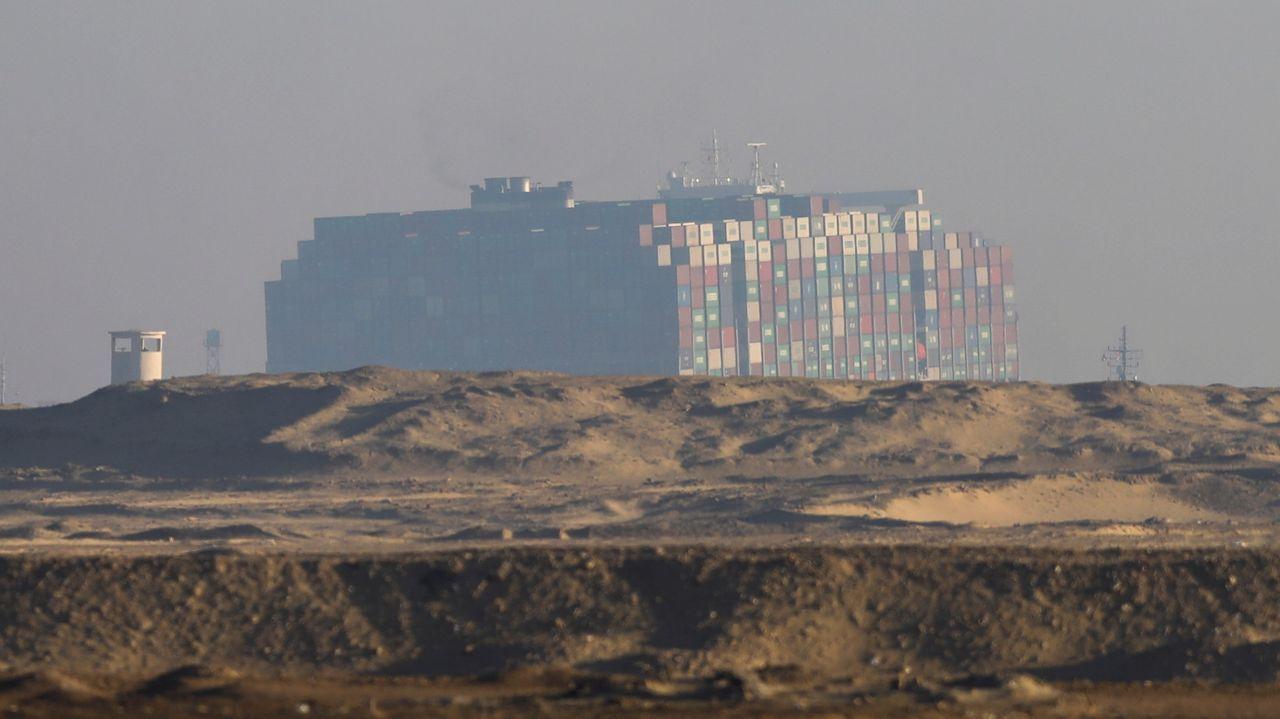 El carguero Ever Given, atascado en el canal de Suez