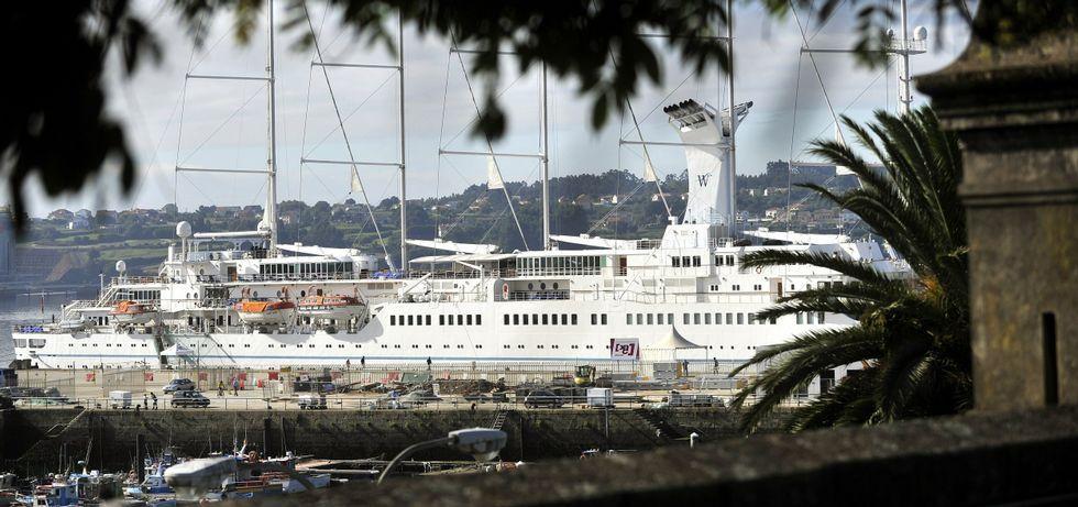 En la foto, uno de los cruceros de la naviera Windsurf que visitó Ferrol el pasado mes de agosto.