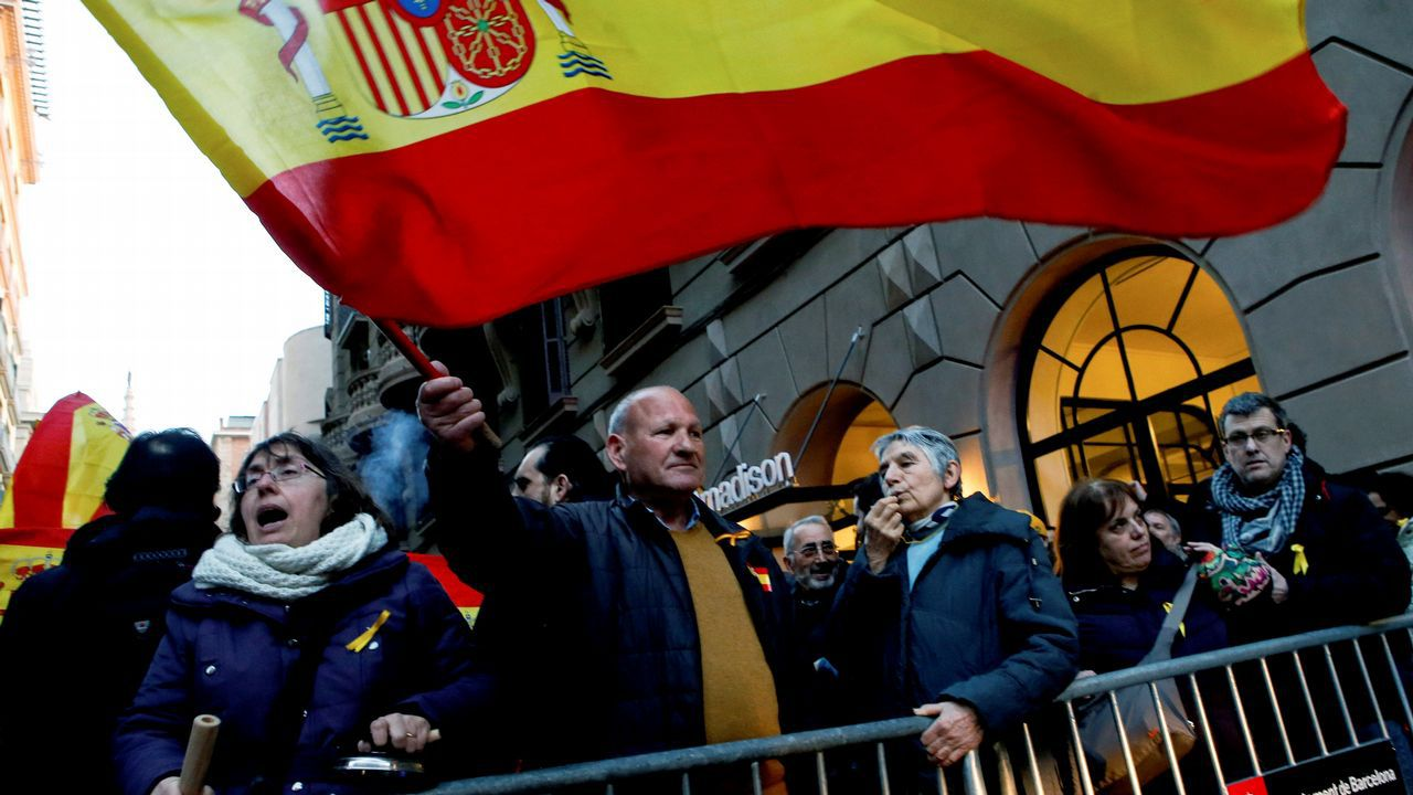 En la misma ciudad, unas calles más allá, unas 300 personas según el Ayuntamiento de Barcelona se concentraron en defensa de Tabarnia y apoyo al rey
