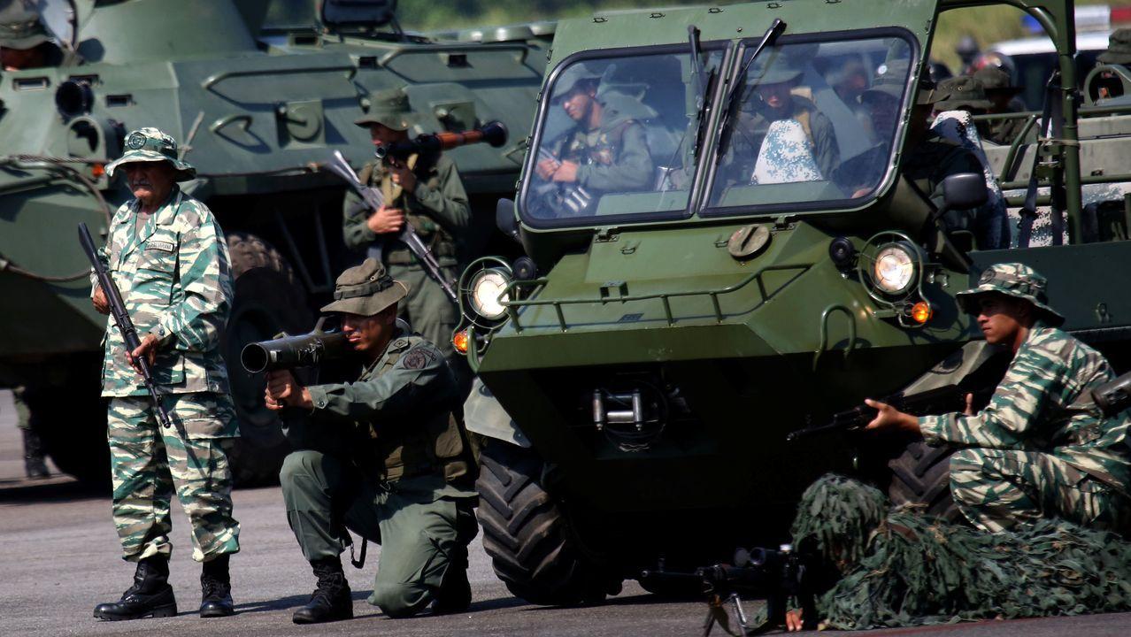 Soldados venezolanos desplegados en el aeropuerto de Garcia Hevia, en La Fíia