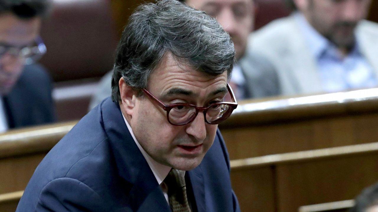 ¿Está zanjada la crisis de la tesis?.El secretario de Organización del PSOE, José Luis Ábalos, y Patxi López, en un descanso