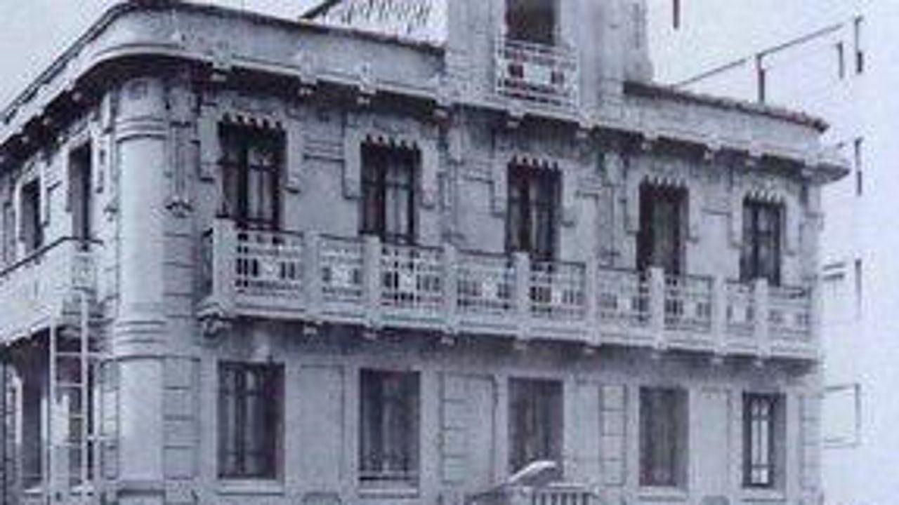 O edificio, que pasou a ser coñecido como Labase, foi tamén a tenda Casa Cabanela. A falta de mantemento e, sobre todo, os cambios feitos na primeira planta alteraran o deseño orixinal que Julio Galán proxectara en 1911