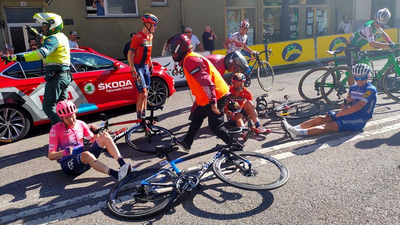 Caída de varios ciclistas a unos metros de la llegada de la decimocuarta etapa de la 74 Vuelta a España 2019, con salida en la localidad cántabra de San Vicente de la Barquera y meta en Oviedo, con un recorrido de 188 kilómetros