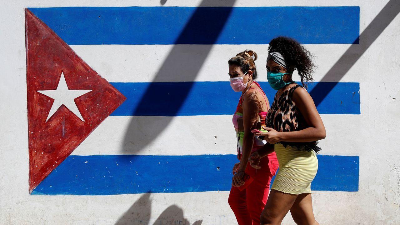 Dos mujeres por una calle de La Habana (Cuba)