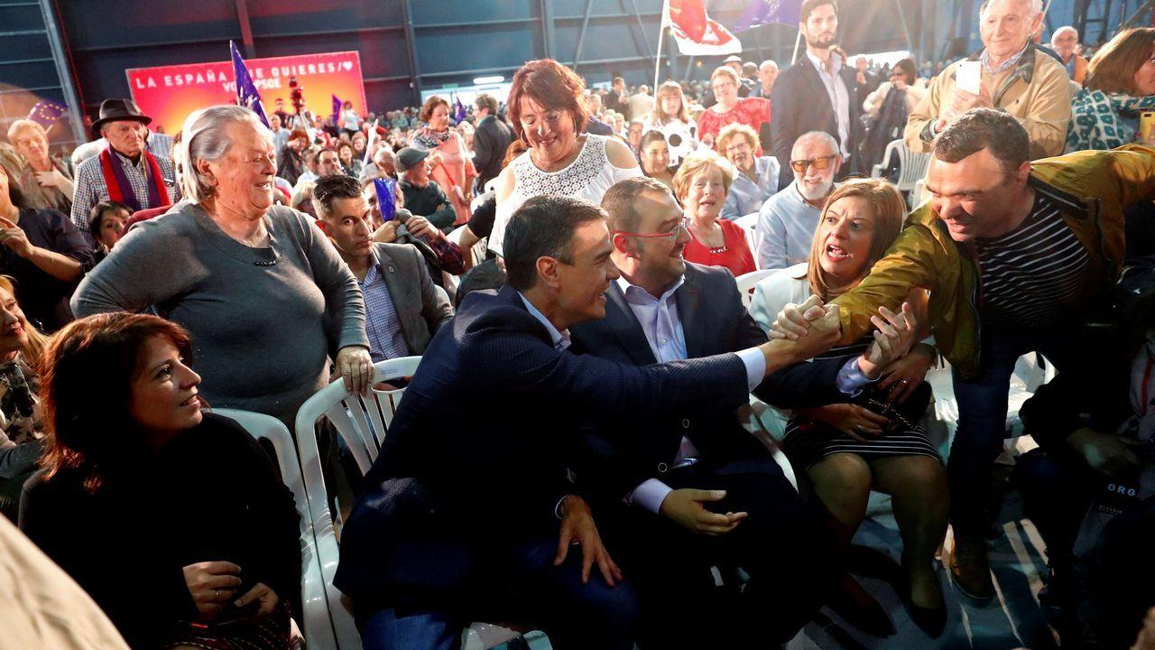 El secretario general del PSOE y presidente en funciones, Pedro Sánchez (2i), acompañado por el candidato del PSOE a la presidencia del Principado, Adrian Barbón (3i), saluda a simpatizantes al inicio de en un acto electoral celebrado esta tarde en Gijón