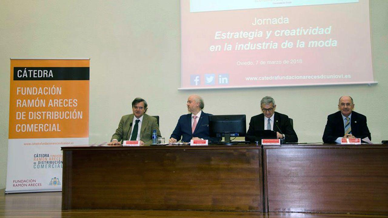 Los sidros echen la comedia en Lisboa.Julio Tascón, segundo por la izquierda, durante una presentación